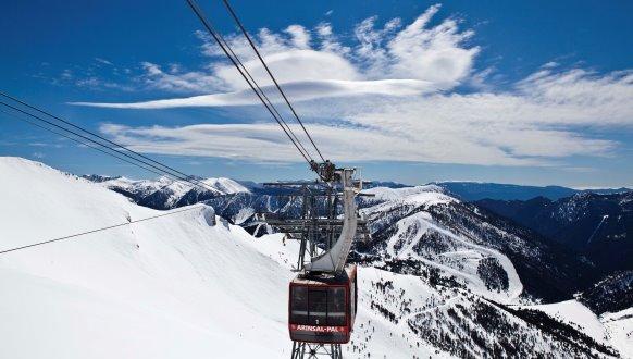 Andorra Skidresa Med Fantastisk Skidakning Stralande Sol